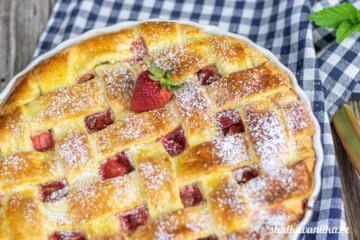 Mřížkový koláč s jahodami a rebarborou